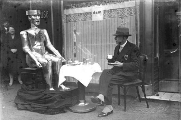 گویا داستان دلگیری انسانها از یکدیگر و پناه بردن آنها به حیوانات یا رباتها از قدیمالایام وجود داشته زیرا در سال 1933 میلادی هم مخترعی به نام «کاپیتان وی.اچ ریچاردز» رباتی از جنس استیل ساخته و با او به گپزنی و نوشیدن چای مشغول است.