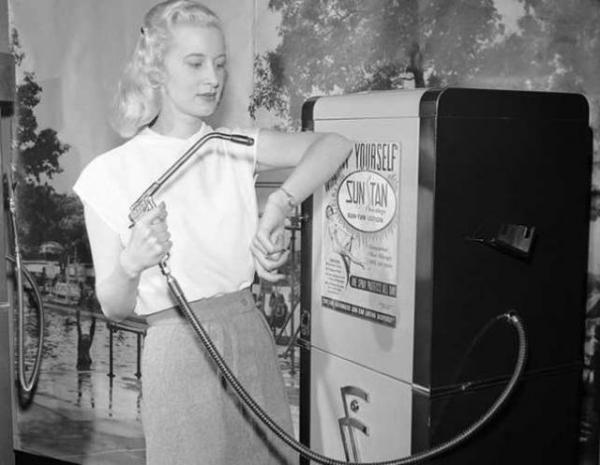 در تابستان، تب برنزه کردن در میان برخی از جوانان داغ میشود و اینطور که معلوم است این روند از قدیم رواج داشته زیرا دستگاهی که در تصویر میبینید، ماشین برنزهای است که در سال 1949 میلادی طراحیشده.