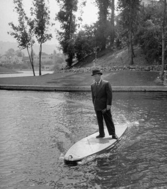 تفریح و گردش با تختههای موتوری روی آب