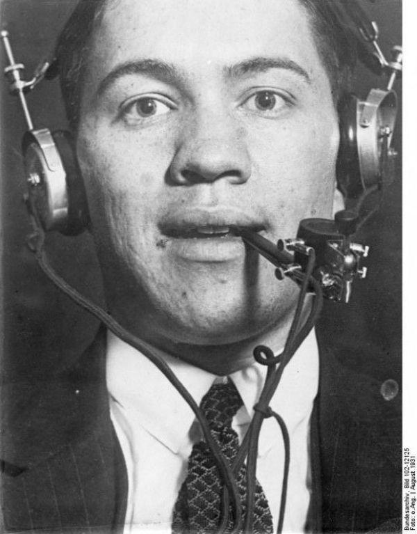 بازهم رادیو و بازهم همراهی همیشگی آن با نوع بشر؛ رادیو در پیپ / بر اساس این طرح انسان قادر بود همزمان با کشیدن پیپ، به رادیو نیز گوش کند. سال 1933 میلادی