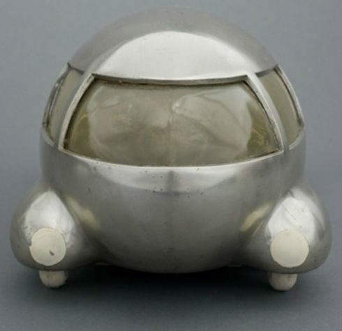 این خودرو توسط فردی به نام «نورمن بِل گِدِن» در سال 1933 میلادی طراحی گشته اما برخلاف ظاهر نهچندان عجیبش، هرگز به تولید انبوه نرسید زیرا در آن زمان اعتقاد داشتند که در ساختار موجود اتومبیلها تغییری ایجاد نمیکند.