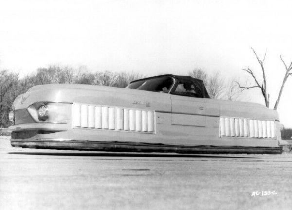 6.ماشین معلق در هوا / این ماشین واقعی است و بدون هیچ چرخ و تایری در فاصله کمی بالاتر از سطح زمین حرکت میکرده. این خودرو را کمپانی Ford در سال 1961 میلادی طراحی و نمونه اولیه آن را ساخت اما هرگز از حالت پروتوتایپ خارج نشد زیرا بههیچعنوان کاربردی و قابلاستفاده به نظر نمیرسید.