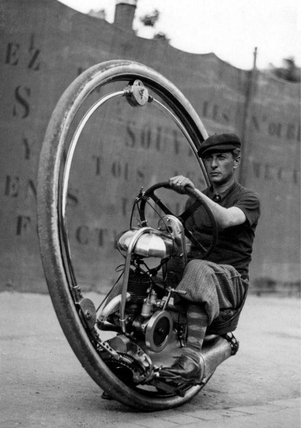 مونوسایکل؛ موتورسیکلتهایی که تنها یک چرخ داشتند و طراحی آنها با تمامی وسایل نقلیه تفاوت داشت.