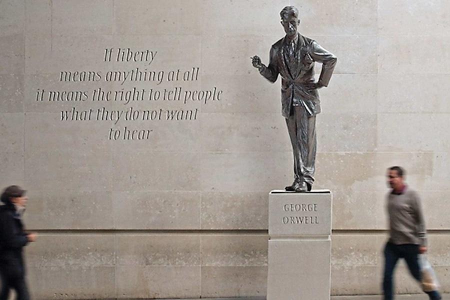 مجسمه «جورج اورول» در «بیبیسی» کنار سیگاری ها