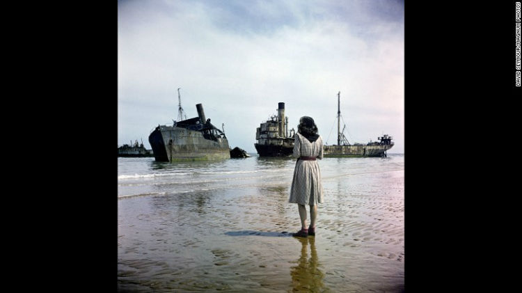 زنی ایستاده در ساحل Omaha در سال 1947 میلادی / این عکس توسط عکاس مشهور لهستانی به نام «دیوید سیمور» گرفته شده و بد نیست بدانید که به تازگی اسکن و در خبرگزاری های خارجی منتشر شده است.