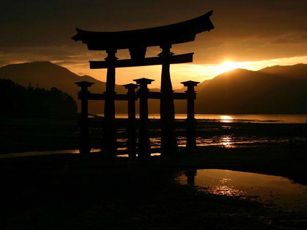 Miyajima Torii عکاس: Paul Whitton مکان: ژاپن هنگام طلوع یا غروب آفتاب، زیباترین نورها را برای عکاسی میتوانید در اختیار داشته باشید.