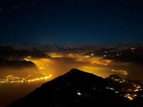 Lake Como عکاس: Davide Necchi مکان: لمباردی، ایتالیا نورهایی که در حاشیه رودخانه یا دریاچهها وجود دارند، یکی از بهترین موضوعات عکاسی در شب محسوب میشوند. برای عکاسی در چنین موقعیتهایی که احتمال وجود نورهای دیگر نیز زیاد است، توصیه میکنیم تعادل رنگ را خودتان بهصورت دستی تنظیم نمایید که نتیجه شبیه همان چیزی باشد که در ذهن دارید.