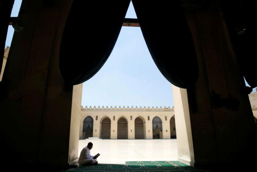 مردی در حال خواندن قرآن در مسجد الحکیم بی عمر الله عکاس: Amr Dalsh مکان: قاهره، مصر