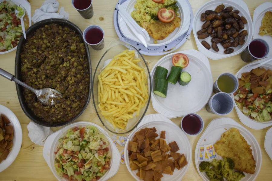 افطاری پناهجویان مسلمان در پناهگاه عکاس: Stefanie Loos مکان: برلین، آلمان