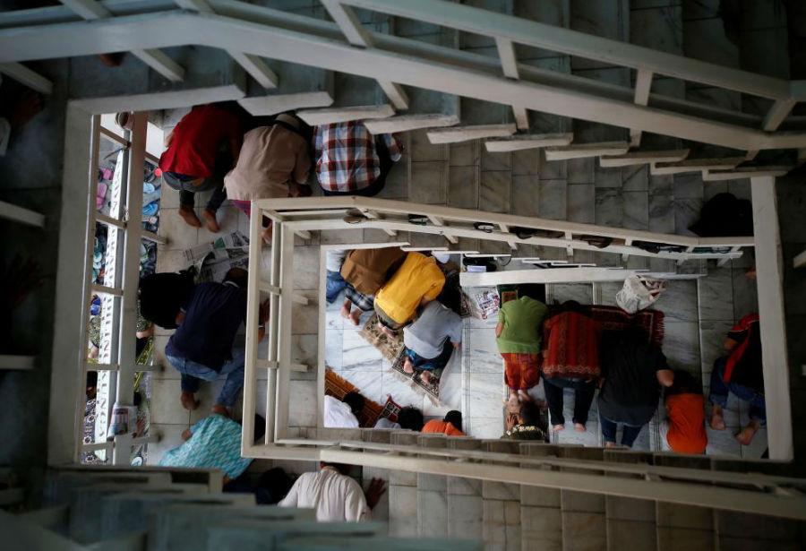 برپایی نماز جمعه درراه پلههای مسجد عکاس: Darren Whiteside مکان: جاکارتا، اندونزی