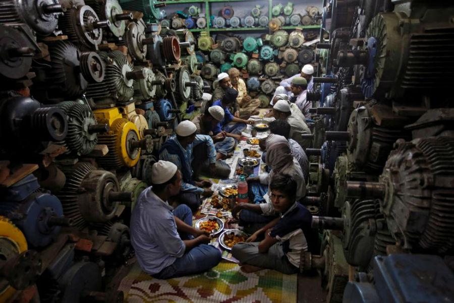 روزهداران سر سفره افطار عکاس: Adnan Abidi مکان: دهلی، هند