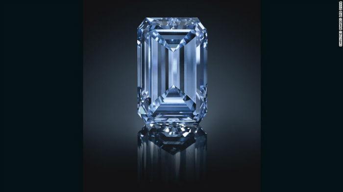 """The Oppenheimer Blue"" بزرگترین الماس آبیرنگ دنیاست. این جواهر در 18 می 2016 در ژنو و باقیمت 57.5 میلیون دلار فروختهشده."
