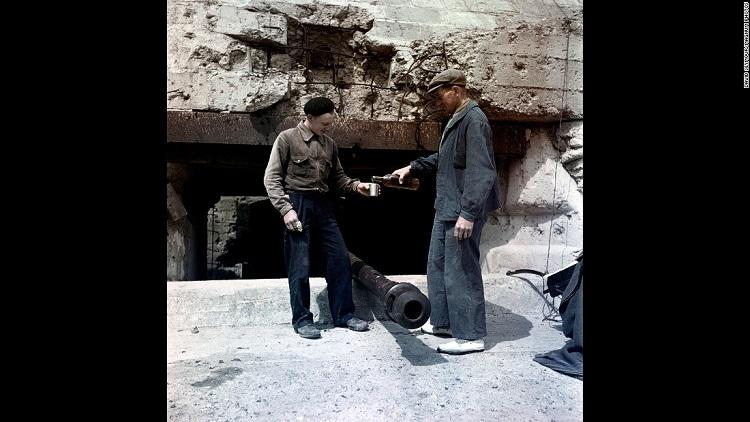 دو مرد در حال تقسیم نوشیدنی در ساحل Omaha در سال 1947 میلادی / V-E Day، 71 سال پیش در چنین روزی نامگذاری شده بود. «روز پیروزی در اروپا» که در واقع پایان جنگ جهانی دوم محسوب می گردد در ۸ مه ۱۹۴۵ روی داد و تاریخی است که نیروهای متفقین در جنگ جهانی دوم به طور رسمی تسلیم شدنِ بدون قید و شرط آلمان را پذیرفتند.