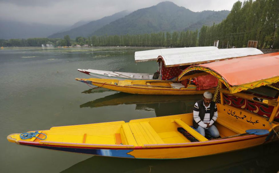 مرد مسلمانی که در قایق خود در دریاچه Dal در حال خواندن نماز است. عکاس: Danish Ismail مکان: SRINAGAR، هند