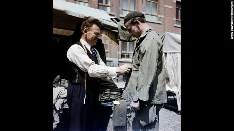 پوشیدن لباس های ارتشی نیروهای آمریکایی در بلژیک در سال 1947