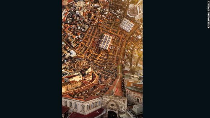 این عکس «بازار بزرگ استانبول» را نشان میدهد که همانند تصاویر سورئال از آب درآمده. شاید بد نباشد بدانید که بازار بزرگ استانبول که به ترکی کاپالی چارشی یعنی بازار سرپوشیده نامیده میشود در یک مایلی غرب سلطان احمد واقع گشته و یکی از بزرگترین مراکز خرید سرپوشیده در دنیا محسوب میگردد.