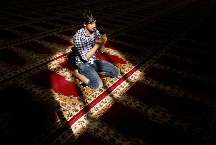 نمازخواندن پسر جوان در مسجدی در کابل عکاس: Omar Sobhani مکان: کابل، افغانستان