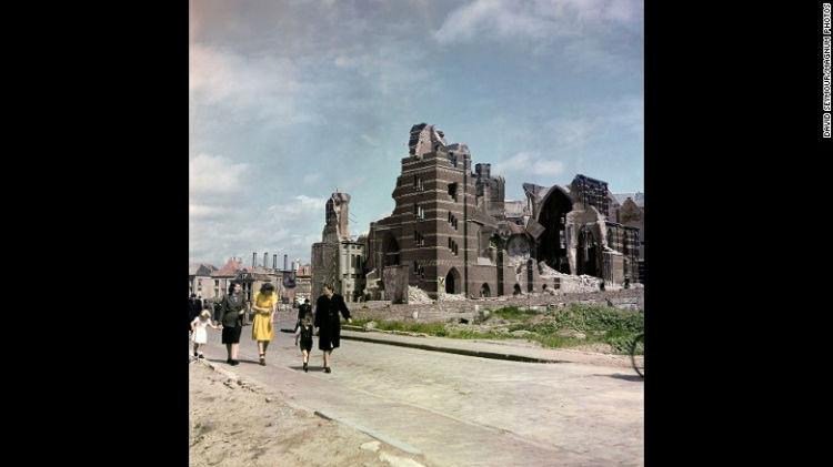 ساختمان های ویران و باقی مانده از جنگ در شهر Nijmegen در سال 1947