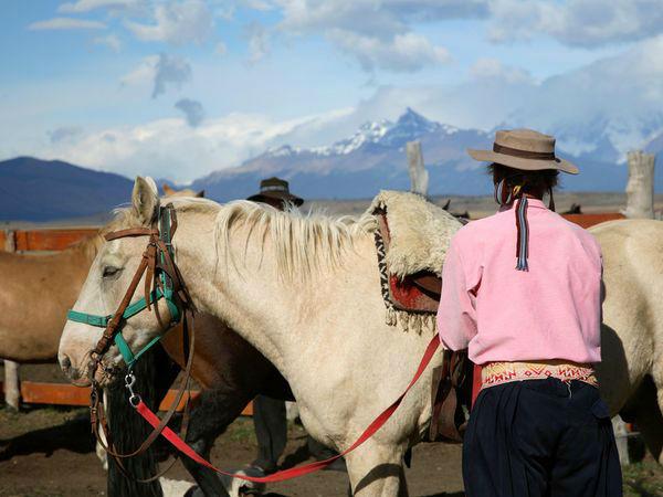 اصطبل اسبها عکاس: Patricia de Solages مکان: آرژانتین فقط روی سوژه فوکوس نکنید؛ در اطراف آن موضوعات جالبی وجود دارد که میتوانید در کادر خود بگنجانید. قرار دادن آسمان و کوه در پسزمینه تصویر به نمایش بهتر تصاویر کمک زیادی میکنند.