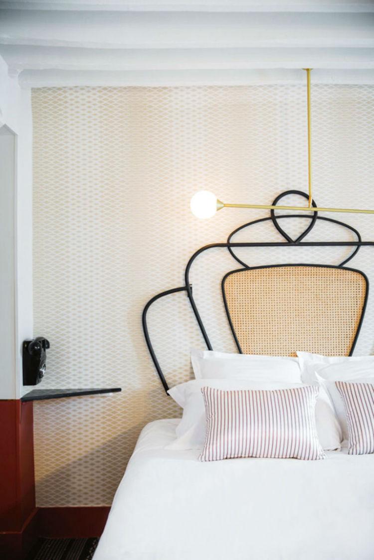 هتل Panache تاج تختخوابهای هتل Panache در پاریس را هنرمندی به نام Dorothée Meilichzon طراحی نموده است. همانطور که در تصویر مشاهده میکنید، برای جذابیت بخشیدن به فضای اتاق، از طرحهای مختلف برای دیوار، روتختی و خود بدنهی تخت استفاده گشته و رنگها نیز گرم انتخابشدهاند.
