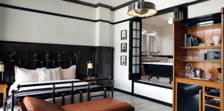 هتل Chicago Athletic Association این هتل در دهه 1980 میلادی یک کلوب ورزشی بوده که در سال 2015 بازسازی و به هتل تبدیلشده است. جزئیات داخلی اتاقهای آن کمی فرم مردانه دارند و از صندلیهای چرمی، چوب مشکی، پارچههای سفید برای تزئین آن استفادهشده. کفپوش اتاق نیز سنگ مرمر سفید است.