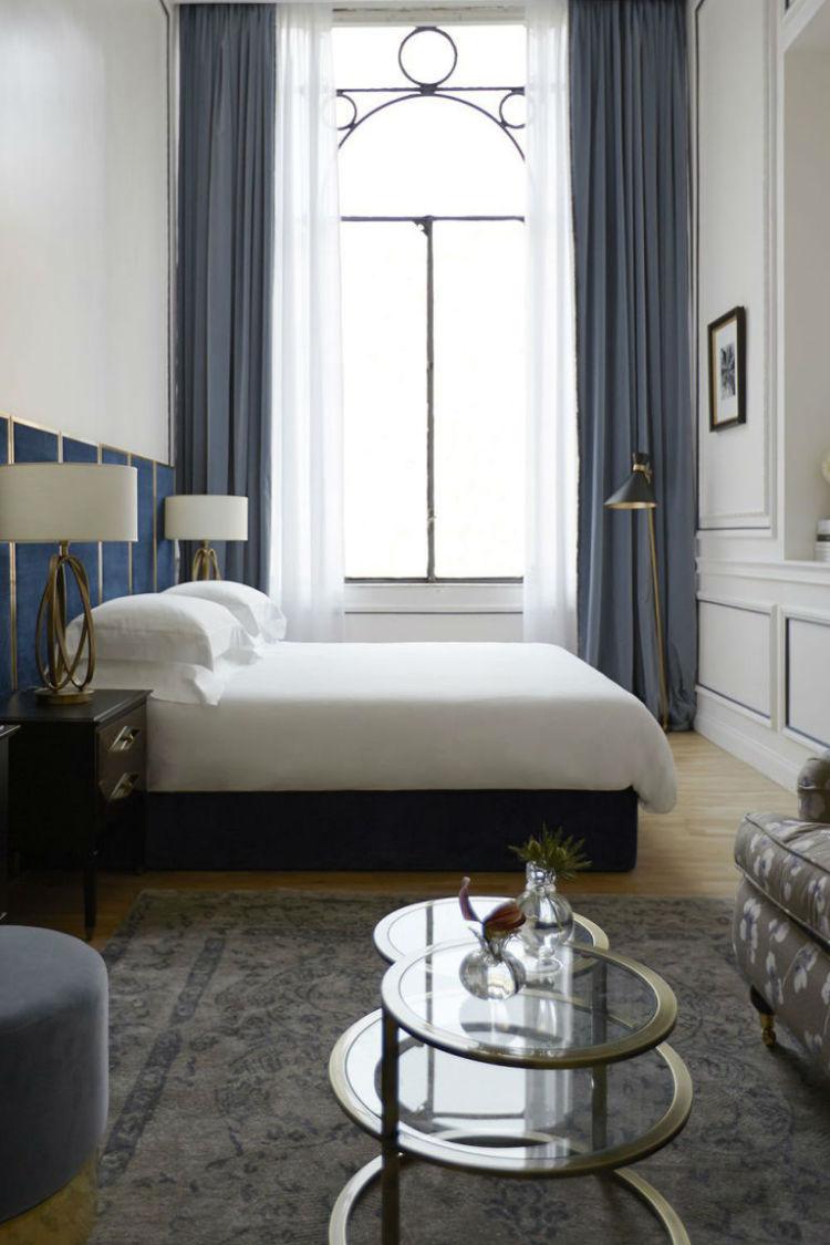 هتل Palazzo Dama این بنا پیش از اینکه هتل باشد، به یک خانواده اشرافزاده تعلق داشته. اما پس از تغییر کاربری، رنگ دیوارهای اتاقهای آن تغییر نکرده است. از همین رنگ و طرح میتوانید برای تزئین اتاقخواب خود بهره بگیرید.