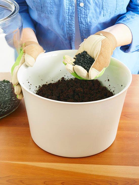 باقیمانده زغال را با خاک مخلوط کرده و با استفاده از بیلچه، آنها را داخل گلدان روی زغالها بریزید.