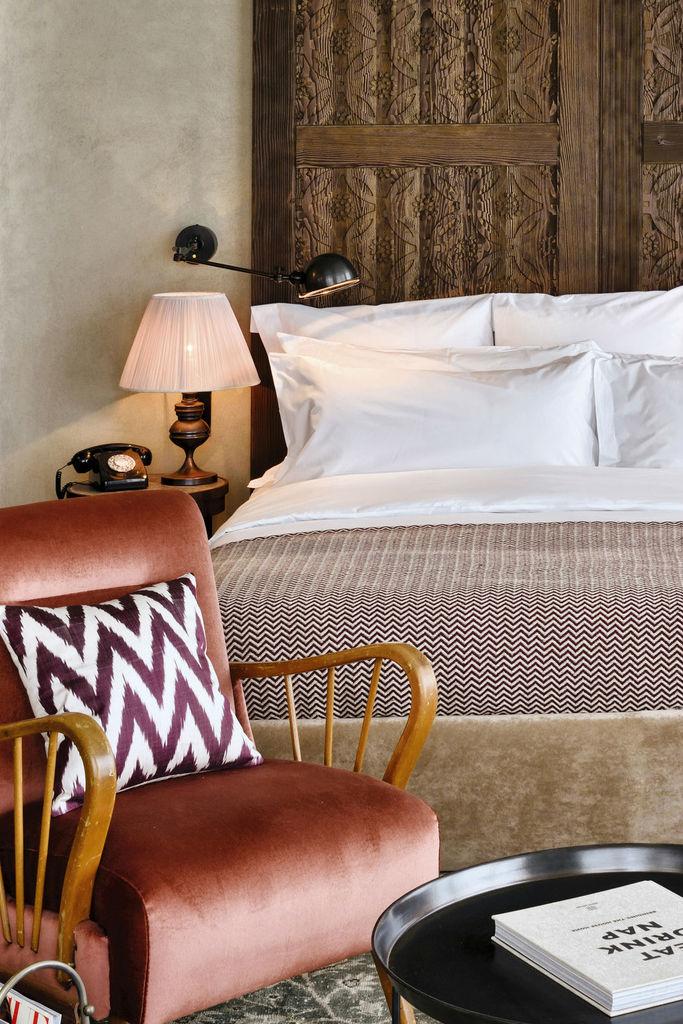هتل Soho House این هتل در استانبول واقعشده و همانطور که میتوانید مشاهده کنید، برای تزئین تختخوابش از چوب منبتکاری شده استفاده گشته. بااینکه اتاق فضای زیادی ندارد، اما یک صندلی راحتی بارنگی گرم در کنار تخت قرار دادهشده تا محلی برای مطالعه یا نوشیدن چای یا قهوه باشد. همچنین، از طرح روتختی برای کوسن نیز بهره برده شده.