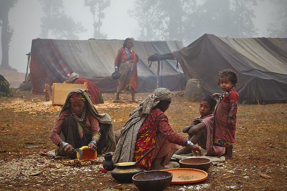 زنان نیز عموما به انجام امور روزانه همانند آشپزی، شستوشو، آب آوردن، روشن کردن آتش و کوبیدن غلات مشغول هستند.