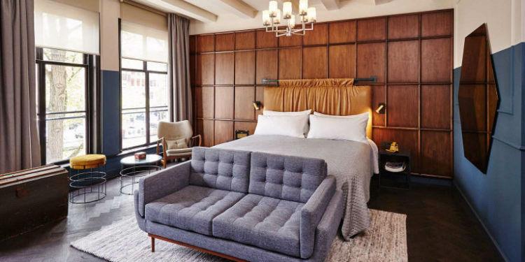 هتل The Hoxton هتل The Hoxton در سال 2015 میلادی در آمستردام گشایشیافته و طراحی آنها تااندازهای مردانه به نظر میرسد؛ دیوار چوبی، تاج تخت چرمی و دیوارهای رنگی.