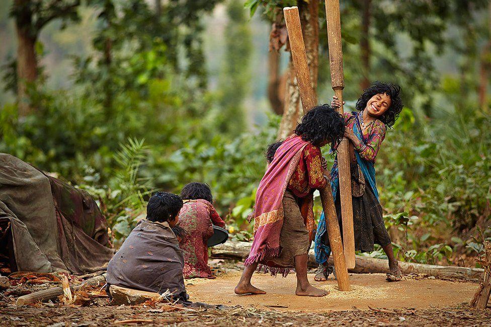 دختربچهها نیز در کوبیدن و آرد کردن دانههای ذرت به والدین خود کمک میکنند.