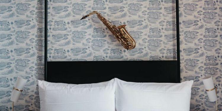 هتل Henry Howard در این هتل که اخیرا در نیواورلئان گشایشیافته از ابزارآلات موسیقی برای تزئین اتاق و تختخواب استفادهشده است.