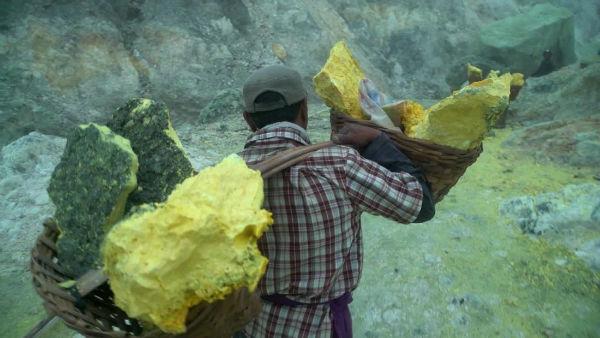 160620092109-mining-inside-indonesia-volcano-ivan-watson-orig-00005406-super-169-w600