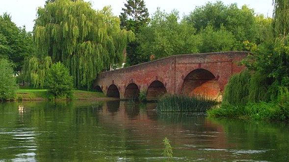 Sonning-Bridge-with-the-letterbox-w900-h600