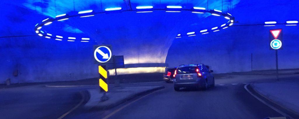 برخی از تونل های نروژ به قدری وسیع هستند که همانند یک جاده کامل به نظر می آیند