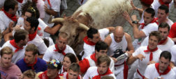 runners-dodge-bull-during-san-fermin-festival-pamplona-w900-h600