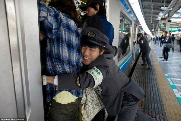 tokyo-subway-pushers-36-w600