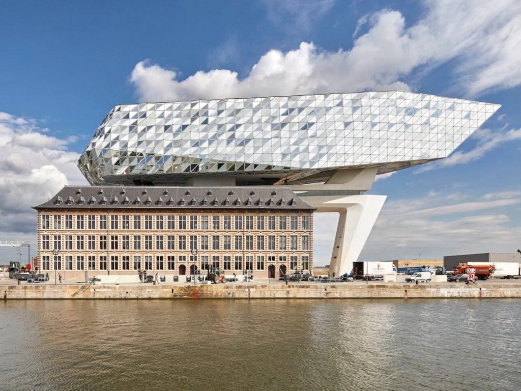 کشتی ای معلق و الماس گون، بر فراز ساختمان شهری بندری؛ حاصل نبوغ زاها حدید