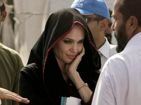 بعد از 10 سال فعالیت به عنوان سفیر حسن نیت، جولی در سال 2012 به عنوان نمایندهویژه کمیساریای عالی وقت انتخاب شد. وی توانسته جوایز انسان دوستانه زیادی را از آن خود کند.