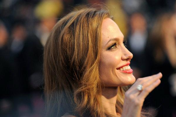 آنجلینا جولی با درآمد سالانه 27 تا 30 میلیون دلاری، بارها عنوان پردآمد ترین بازیگر زن جهان را از نشریه «فوربز» دریافت کرده است.
