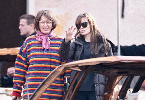 آینده آنجلینا جولی روشن بود. وی توانست در سه فیلم مطرح سال گذشته به ایفای نقش بپردازد و دومین فیلم خود به نام «ناشکسته» را کارگردانی کند.