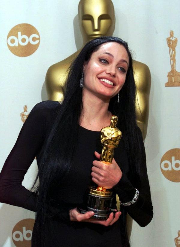 در سال 1378 برای بازی در فیلمGirl, Interruptedنامزد دریافت بهترین بازیگر نقش مکمل زن شد.