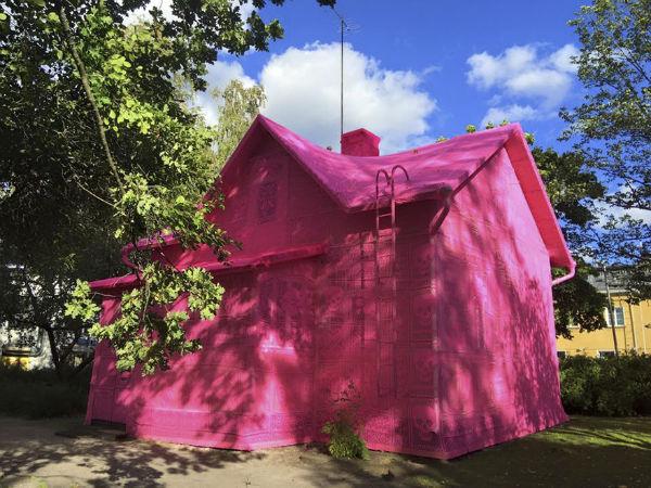 پوشش خانه یکصد ساله با قلاب دوزی های صورتی
