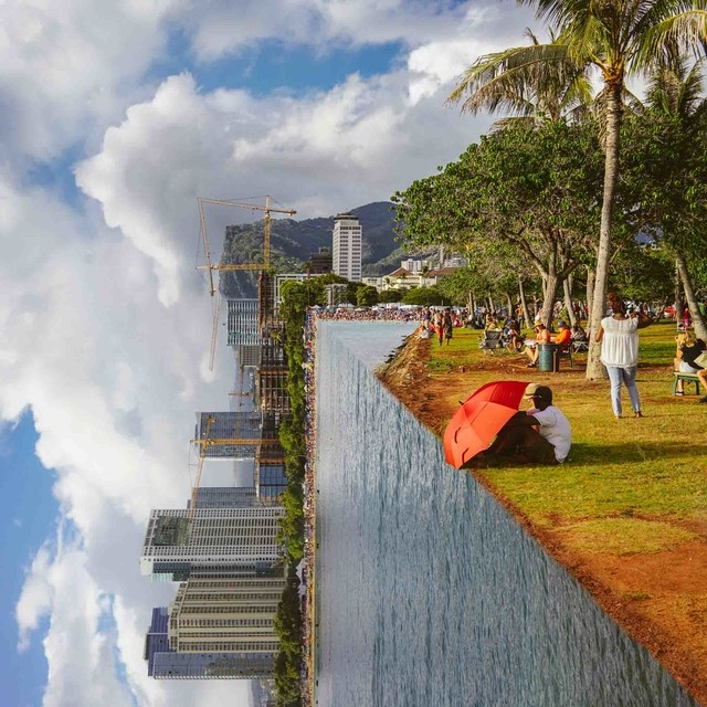 مردی نشسته بر لبه پارک عمود بر دریا