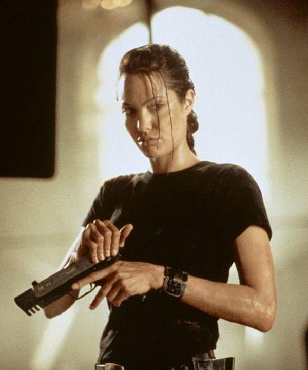 در سال 1380 نقش اصلی را در فیلمLara Croft: Tomb Raider بازی کرد و به عنوان یکی از گران ترین هنرپیشه های هالیوود مطرح شد.