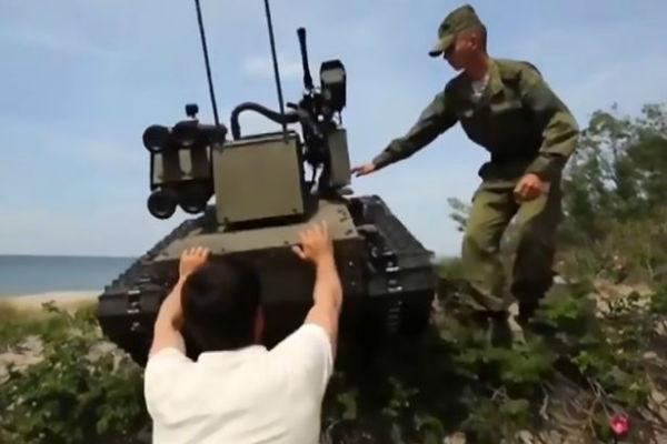 ربات نظامی روسی نزدیک بود جان یک خبرنگار را بگیرد [تماشا کنید]