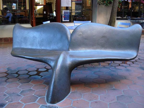 نیمکت هایی به شکل دُم نهنگ