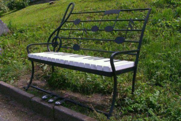 نیمکتی به شکل کلیدهای پیانو