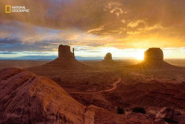 day-breaks-over-monument-valley-arizona-w600