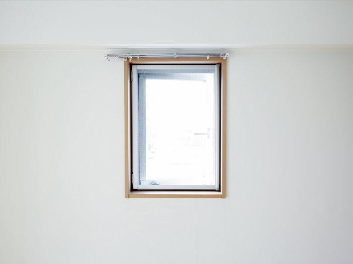 پنجره و دکور دور آن نیز در تصویر زیر مشخص است